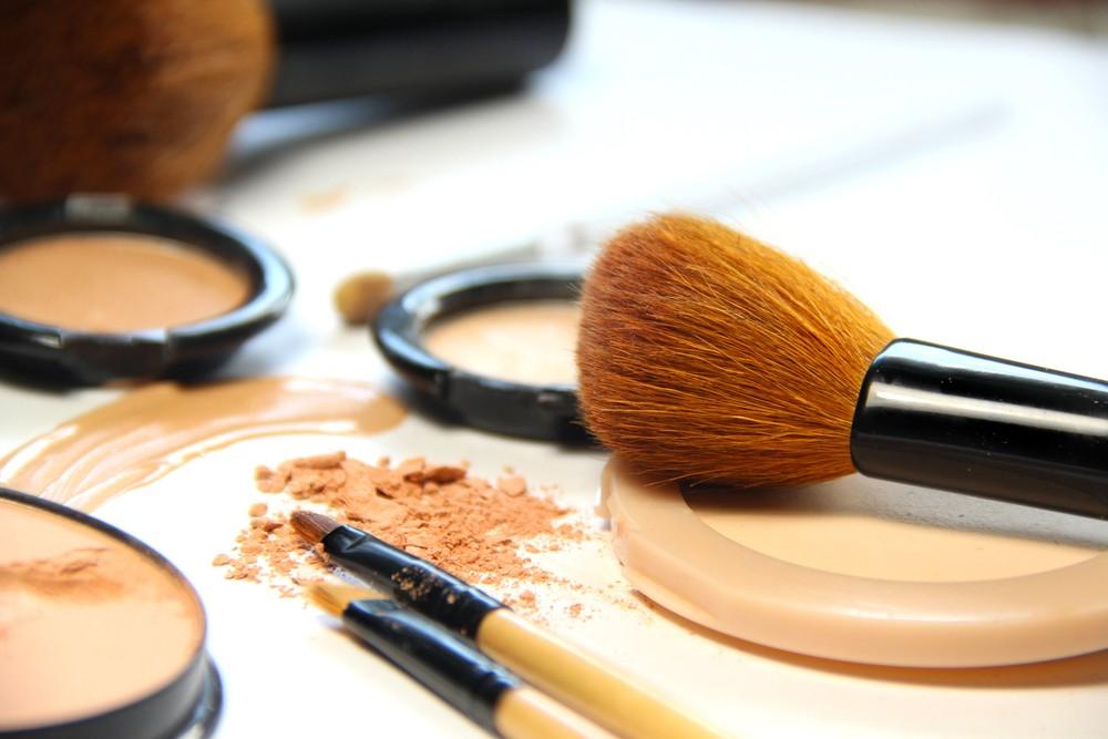 Как быстро отстирать тональный крем с одежды — Легко и без следов!