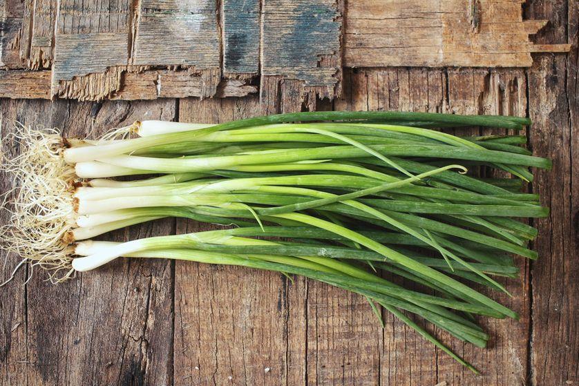 Храним зеленый лук в холодильнике долго — Нюансы и способы