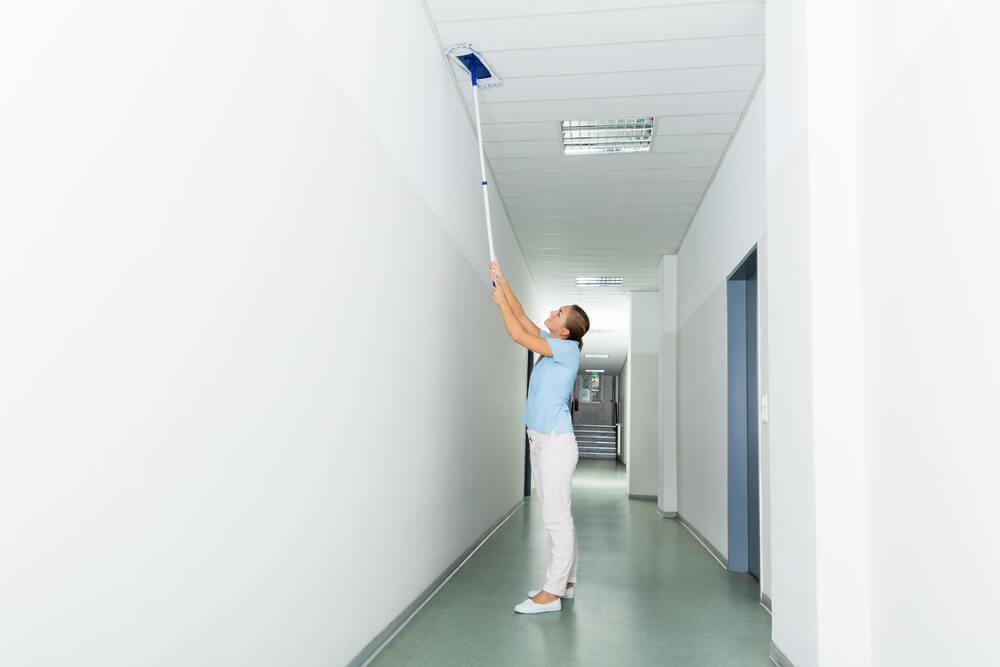 Как мыть натяжные потолки (глянцевые и матовые) правильно? — Чисто и без разводов!