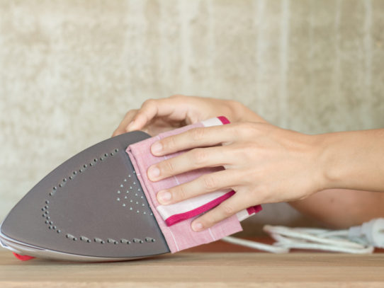 Как почистить утюг с тефлоновым покрытием от пригоревшей ткани? — Быстро и эффективно