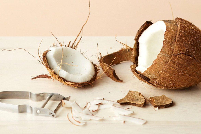 Как правильно и быстро почистить кокос дома — Простые способы расколоть орешек