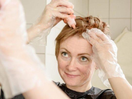 Как покрасить волосы в домашних условиях самой себе —  Пошаговые инструкции